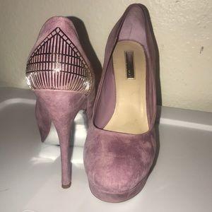 Round toe suede pumps
